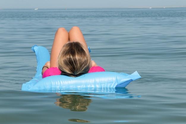 Letnie wakacje dziewczyna dolnej części ciała zbliżenie. kobieta opalanie nogi rela