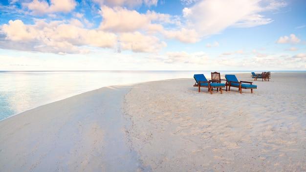 Letnie wakacje i koncepcja wakacji dla turystyki z piaszczystą plażą w pobliżu tropikalnego morza.