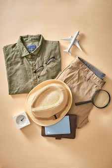 Letnie wakacje planowanie tła. przygotowywanie rzeczy turystycznych na wyjazd i picie kawy. niezbędne rzeczy dla podróżnika na mapie. koncepcja turystyki i wakacji, kopia przestrzeń