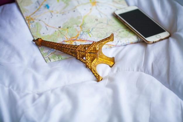 Letnie wakacje. planowanie wakacji i pakowania torby podróżnej w domu lub pokoju hotelowym
