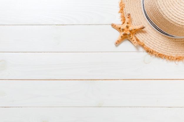 Letnie wakacje plaża tło z podróży opieki zdrowotnej akcesoria widok z góry na białym tle drewna, widok z góry.