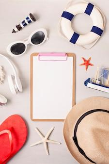 Letnie wakacje, podróże, turystyka koncepcja płaskie świeckich. plaża, wieś, codzienne akcesoria miejskie