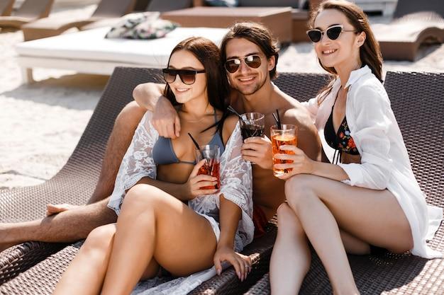 Letnie wakacje przyjaciół na plaży