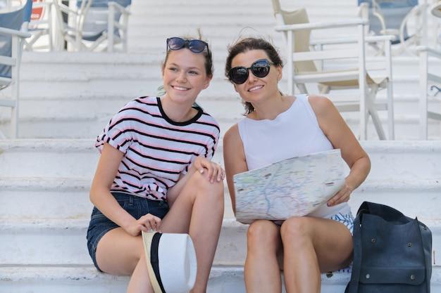 Letnie wakacje razem matka i córka podróży czytanie mapy turystycznej