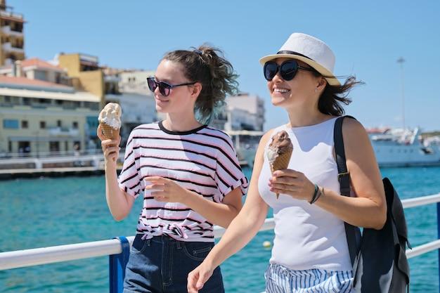Letnie wakacje rodzinne, matka i córka nastolatka spacery razem jeść lody