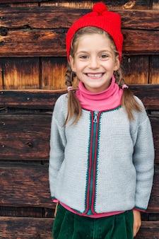 Letnie wakacje w górach mała dziewczynka w typowym alpejskim stroju.