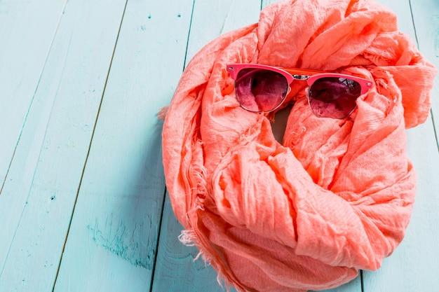 Letnie wakacje z szalikiem i okularami przeciwsłonecznymi