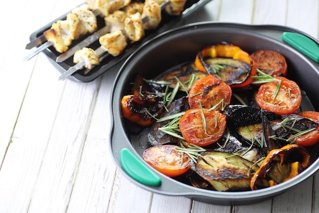 Letnie warzywa grillowane na patelni smażone bakłażany i pomidory