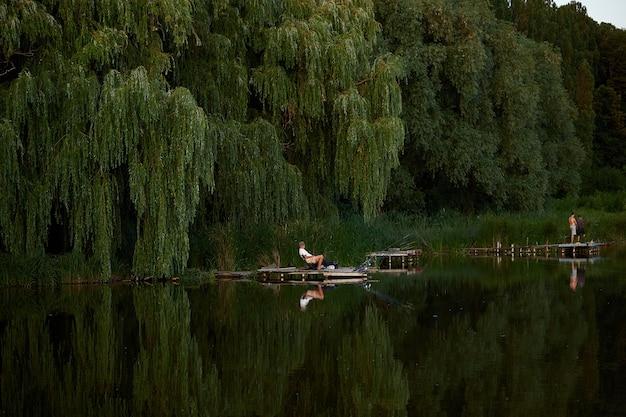 Letnie wędkowanie. mężczyźni na jeziorze.