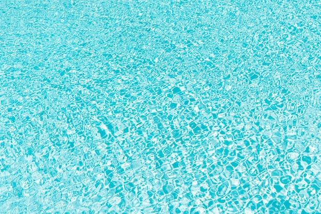 Letnie wibracje. pomarszczona niebieska woda. turkusowy raj. malediwy i bahamy. pływać w oceanie lub morzu karaibskim. zabawa na basenie. hotel spa na bali. tło basen z wodą. letnie wakacje w miami. życie na plaży.