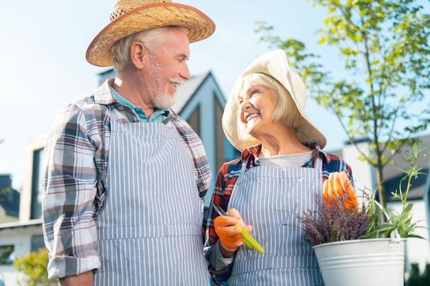 Letnie wibracje. urocza przyjemna szczęśliwa para uśmiechnięta podczas wspólnego spędzania czasu