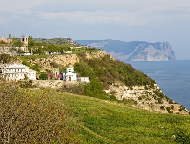 Letnie wybrzeże i widok na klasztor św. jerzego z przylądka phiolent (krym, ukraina)