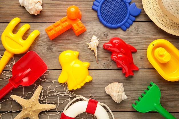 Letnie zabawki plażowe na szarym tle drewnianych. widok z góry