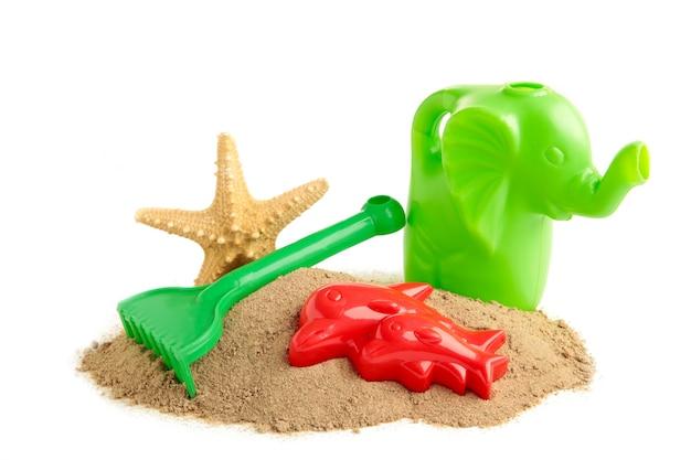 Letnie zabawki plażowe z akcesoriami na białym tle. ramka letnia