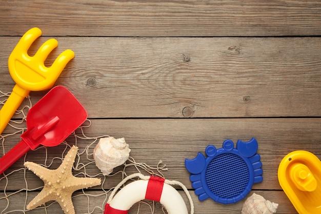 Letnie zabawki plażowe z akcesoriami na szarym tle z miejsca kopiowania. ramka letnia