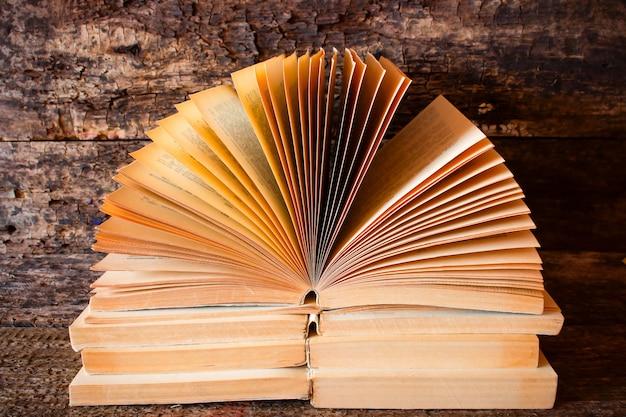 Leżąc na sobie na starych książkach, otwórz książkę z rozłożonymi stronami