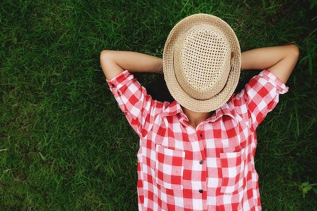Leżącej trampki zdrowie nastoletnie na zewnątrz getaway