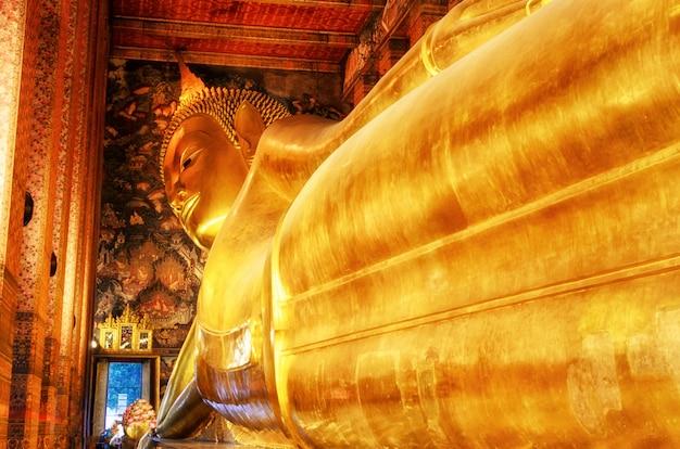 Leżący złoty posąg buddy. wat pho, bangkok, tajlandia.