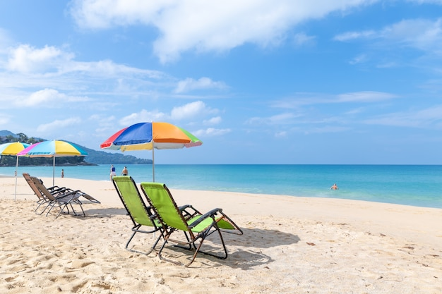Leżak i parasol na plaży surin