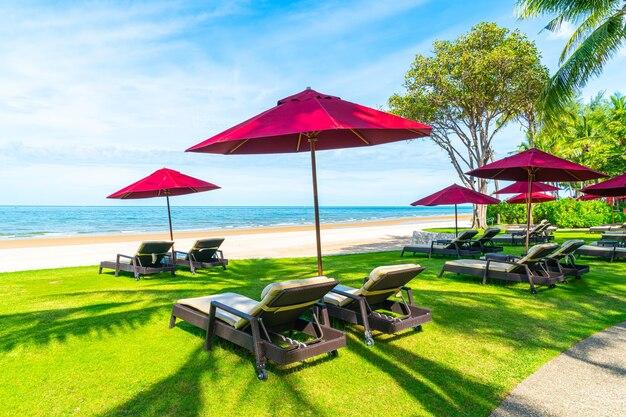 Leżak i parasol plażowy z plażą nad oceanem