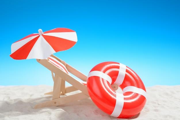 Leżak i pierścień do pływania na plaży