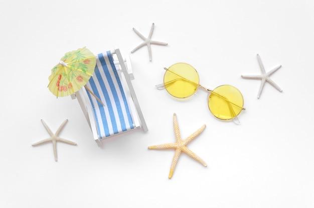 Leżak leżący na płasko z okularami przeciwsłonecznymi