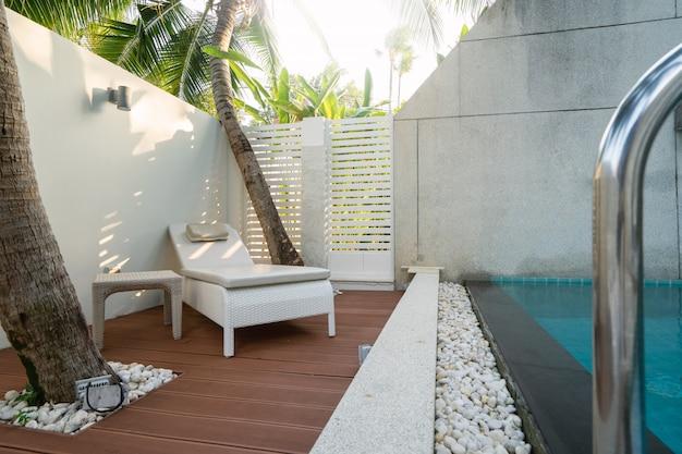 Leżak na drewnianym tarasie lub tarasie przy basenie w willi, domu i domu