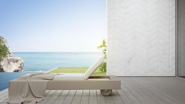 Leżak na tarasie w pobliżu basenu i ogrodu w nowoczesnym domu na plaży lub luksusowej willi