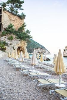 Leżaki i parasole w pięknym europejskim wybrzeżu we włoszech