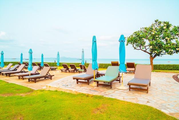 Leżaki i parasole wokół basenu nad morzem