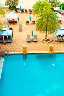 Leżaki i parasole wokół basenu?