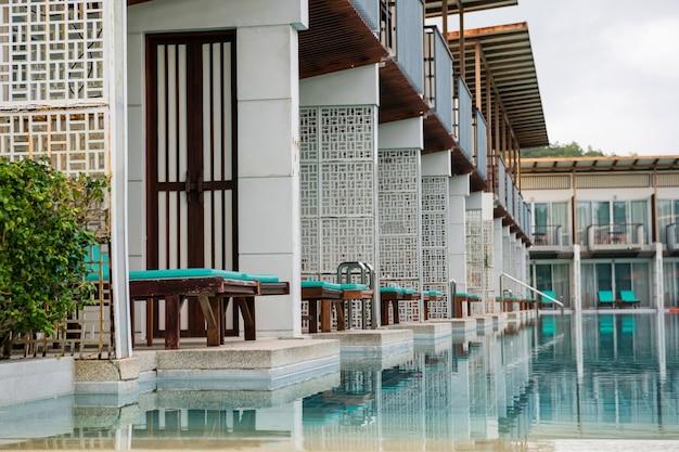 Leżaki na patio z dostępem do basenu