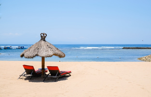 Leżaki na plaży oceanu