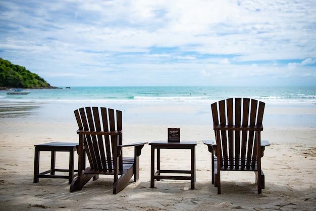 Leżaki na plaży w koh samet tajlandia. happy holidays concept