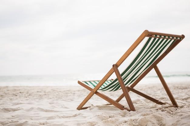 Leżaki na tropikalnej plaży piasku