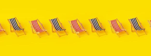 Leżaki plażowe na żółtym tle, koncepcja wakacji letnich, obraz panoramiczny