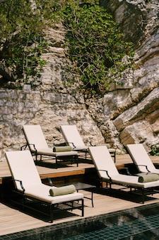 Leżaki przy basenie u podnóża góry