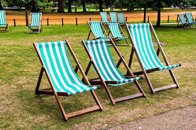 Leżaki w parku st james w londynie