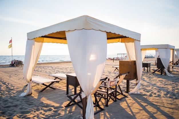Leżaki w słynnej włoskiej piaszczystej plaży w forte dei marmi