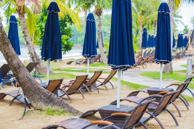 Leżaki z niebieskimi parasolami