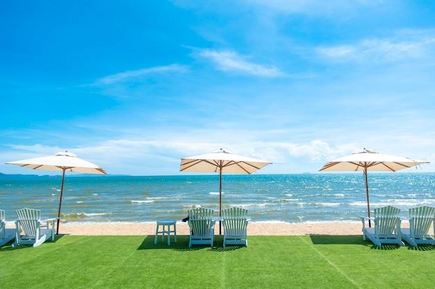Leżaki z parasolem na plaży