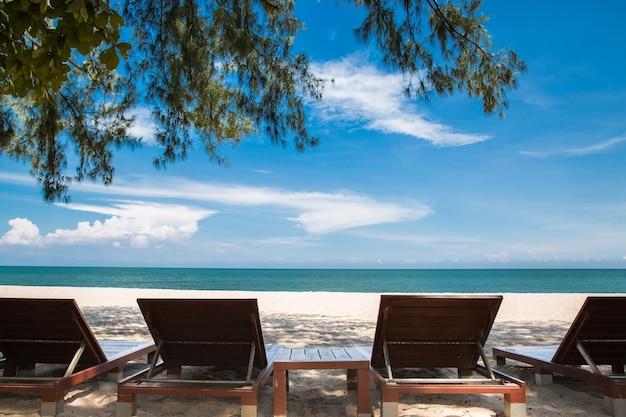 Leżaki z rzędu na plaży?