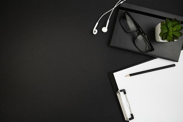 Leżał płasko biurko ciemny koncepcja z miejsca kopiowania