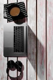 Leżał płasko biurko koncepcja na drewnianym stole
