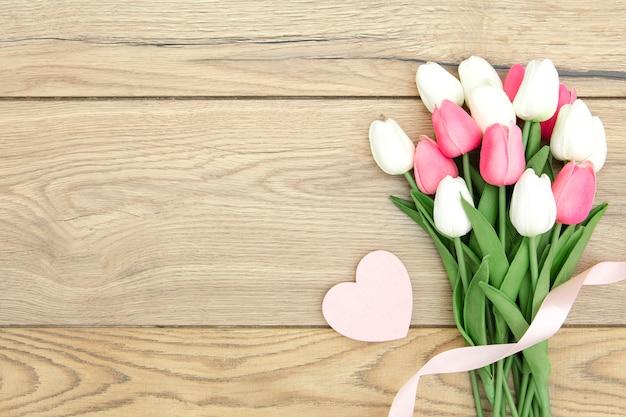 Leżał płasko bukiet tulipanów z sercem