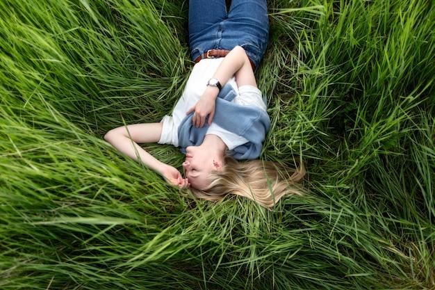 Leżał płasko kobiety pozowanie w trawie