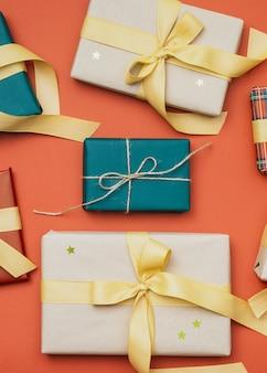 Leżał płasko prezenty świąteczne ze złotymi gwiazdami