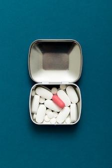 Leżał płasko różnych tabletek w metalowym pojemniku