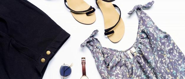 Leżał płasko ubrania i akcesoria kobiety z butami, zegarek