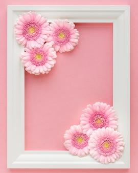 Leżał płasko z białą ramą z różowymi kwiatami gerbery